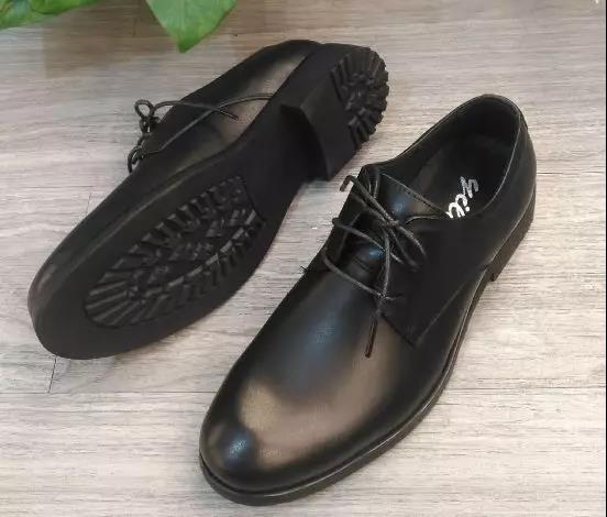 黑色小皮鞋,演繹足下風情