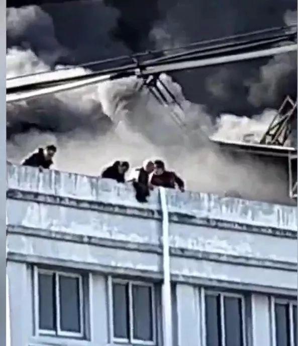 突发!浙江温岭福德隆鞋厂突发大火,多人困屋顶等救援