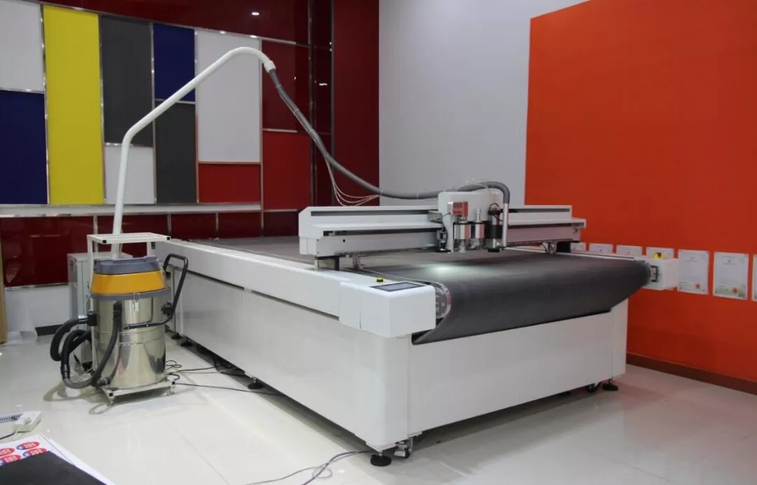 Advertising intelligent cutting robot, saving materials and improving efficiency