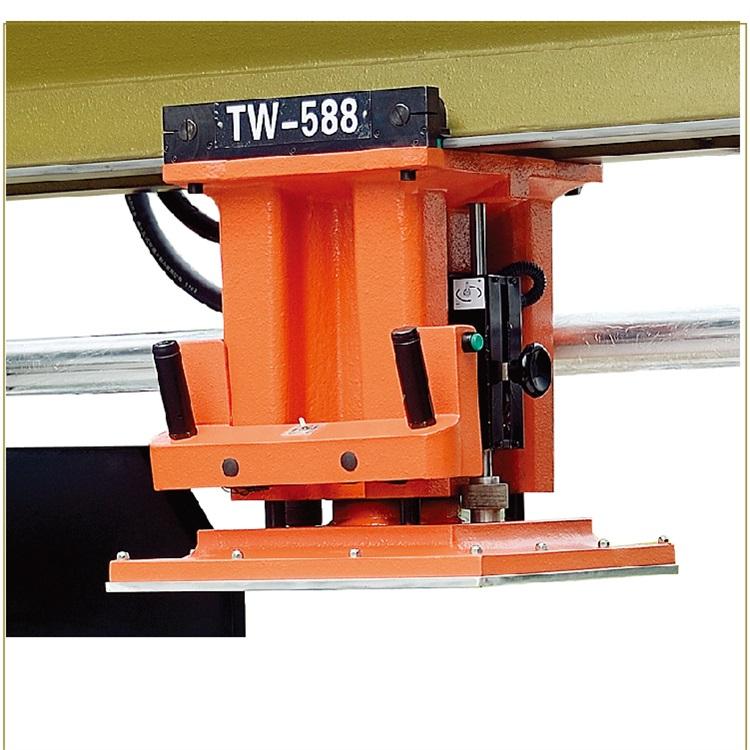 压头移动式液压裁断机自动送料机构|台威精机